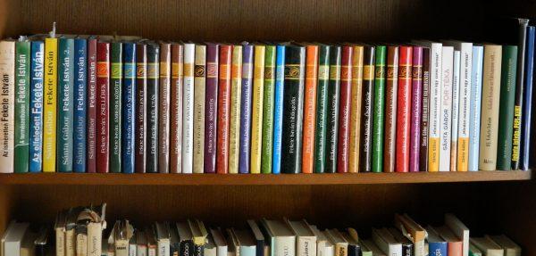 Sánta Gábor dedikált könyvei a szerző könyvespolcán