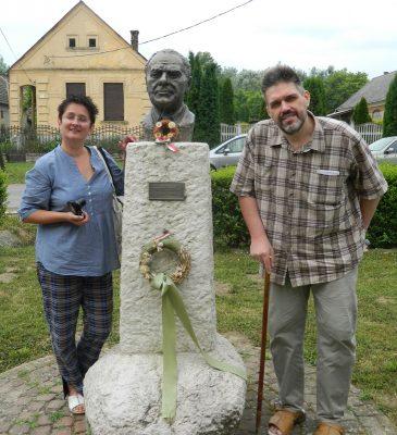 Sánta Gábor Göllén, feleségével Dombai Tündével, Fekete István szobránál, 2014. június 24-én (A szerző felvétele)