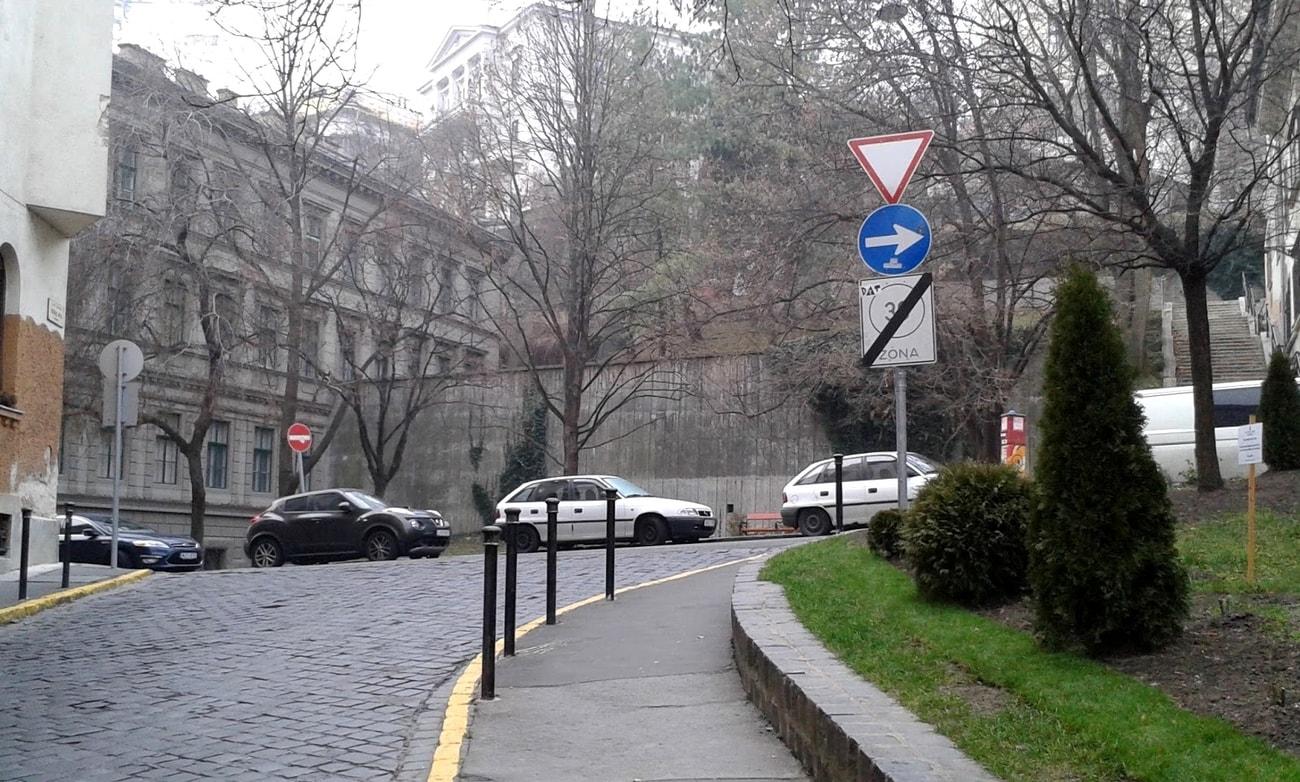 Hunyadi utca - a vár alatt (Fotó: Hegyi Zoltán Imre)