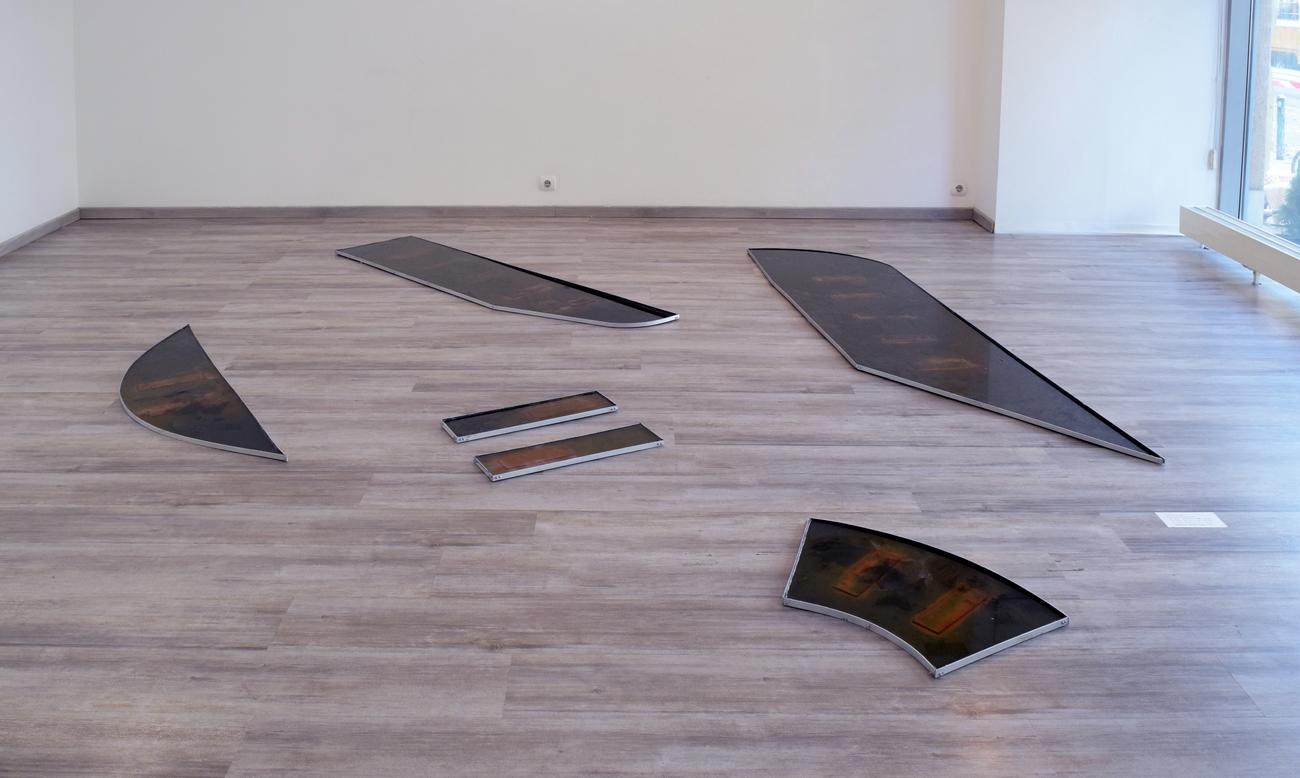 A Hajlított párhuzamok című kiállítás részlete