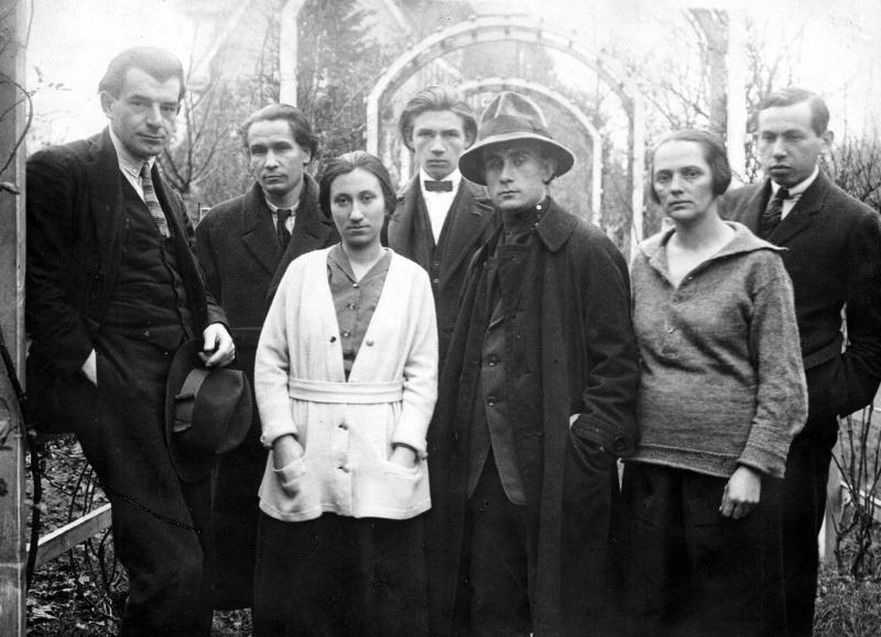 A bécsi Ma munkatársai 1922-ben: Bortnyik Sándor, Uitz Béla, Újvári Erzsi, Simon Andor, Kassák Lajos, Simon Jolán, Barta Sándor (Forrás: Wikipédia)