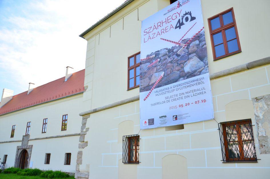 Az évfordulós tárlat plakátja a Csíki Székely Múzeum homlokzatán, Csíkszeredában